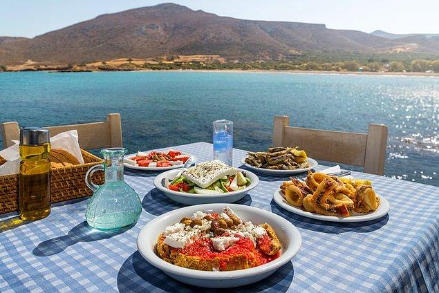 Şimdi ise bu adisyonların ödendiği yerlerden neredeyse birkaç kulaç uzakta bulunan başka bir yere, Yunanistan kıyılarına götüreceğiz sizi. Aynı bizim gibi yaşayan komşularımızın mekanı yani...