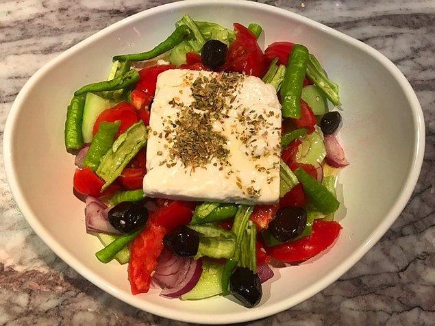 O çok meşhur, feta peynirli klasik Greek Salad (Yunan Salatası) ise 5 Euro.