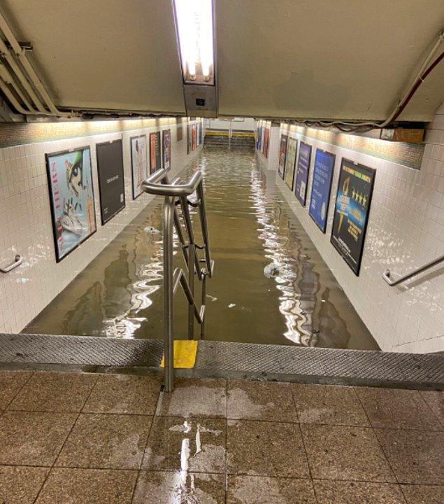 New York metrosunun Penn istasyonunda çekilen bir fotoğraf 👇