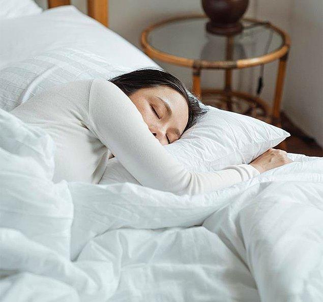"""3. """"Eşim uykusunda konuşuyor, ama minik ve masum şeyler söylemiyor. Geçen gece uyanıp 'Sosisler inek penisi olabilir mi' diye bağırıp tekrar yattı."""""""
