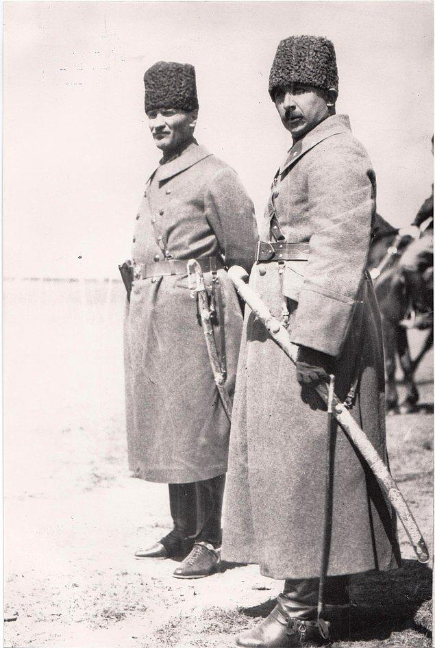 Ve Büyük Millet Meclisi 2 kılıcı Gazi'ye ve İnönü'ye hediye eder. 3. kılıç ise İzmir'i bir daha alacak fatihini beklemektedir ki...