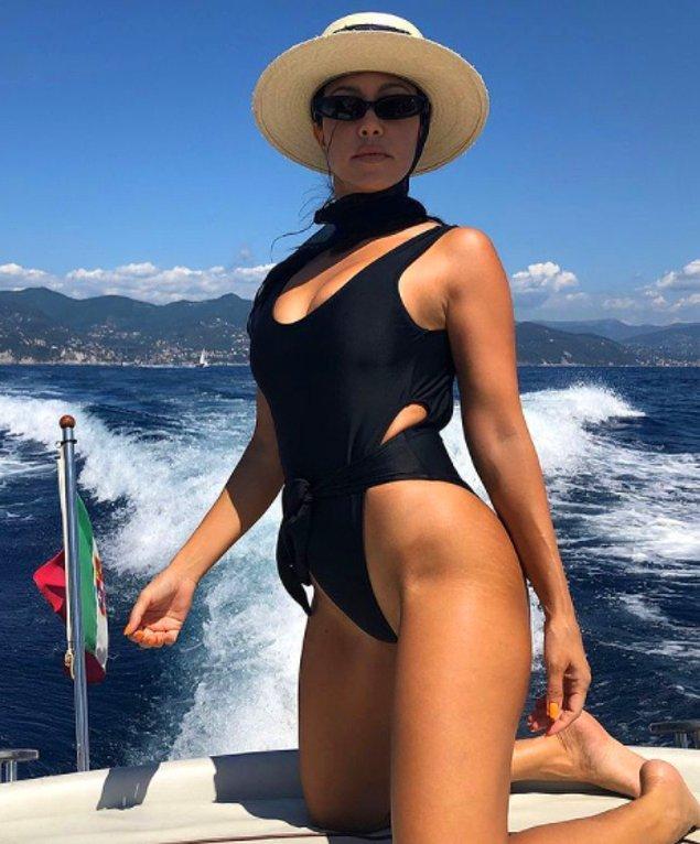 7. Kourtney Kardashian bir dergi çekimi için kalça bölgesindeki çatlakları paylaşmıştı: