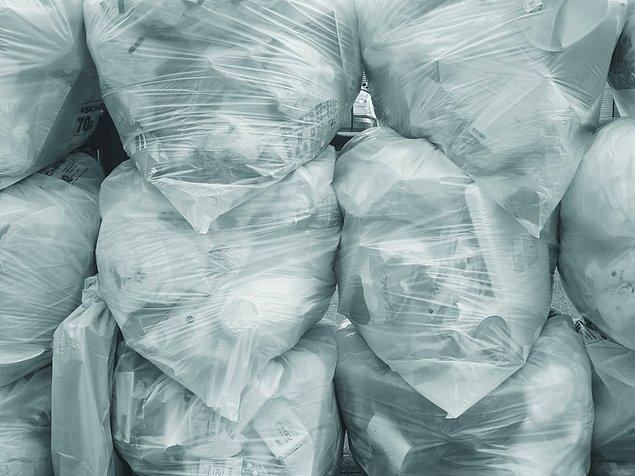"""27. """"Çöpleri atmaya üşenen ev arkadaşım bir sürü çöp poşetini balkona koyuyordu. Bundan bir gün evi temizlerken çöpleri atmamız gerektiğini söyleyene kadar haberim olmadı. Balkonda en az 20 battal boy dolu çöp poşeti vardı."""""""