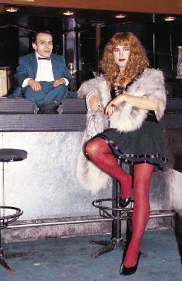 Filmde Cüce'nin barmenlik yaptığı bar Beyoğlu'ndaki ünlü Hayal Kahvesi'dir. Etrafta görülen figüranlar ise Hayal Kahvesi'nin o dönemki çalışanlarıdır.