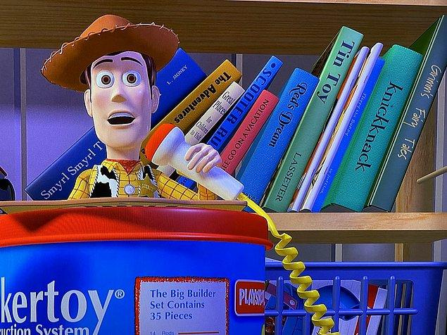 """4. Toy Story (1995) filmindeyse, Andy'nin kitaplıkta yazarı Lasseter olan """"Knickknack"""" ve """"Tin Toy"""" isimli iki kitabı bulunuyor."""