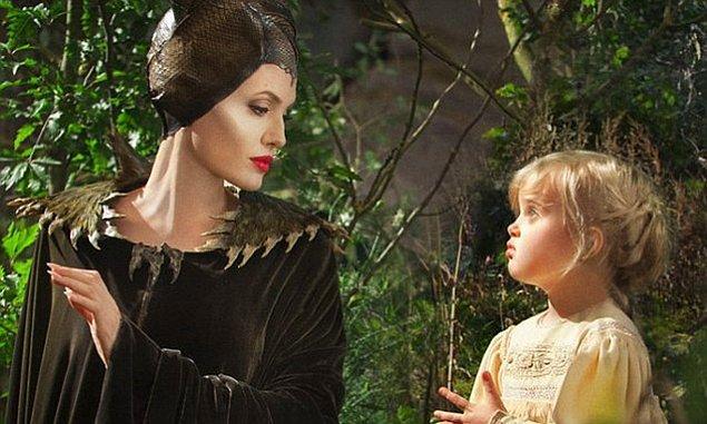 1. Angelina Jolie'nin başrolü olduğu 'Maleficent' filminde Brad Pitt'le birlikteliğinden dünyaya gelen kızı Vivienne Jolie-Pitt de genç prenses Aurora karakterini canlandırdı.