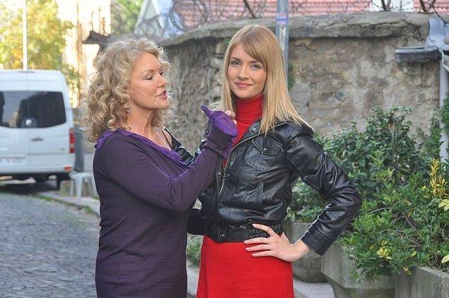 13. Suna Yıldızoğlu ve kızı Yasemin Allen, 'Elif' dizisinde bir araya geldi. 2008'de yayınlanan dizi Yasemin'in ilk televizyon deneyimiydi.