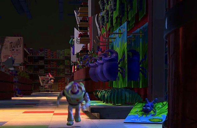 31. Toy Story 2 filminde, Bir Böceğin Yaşamı filminden bir oyuncak satılıyor.