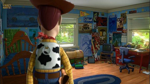 33. Toy Story 3 filminde Andy'nin odası küçük paskalya yumurtaları, Bir Böceğin Yaşamı filminden sivrisinek ve Arabalar filminden karakterler bulunuyor.