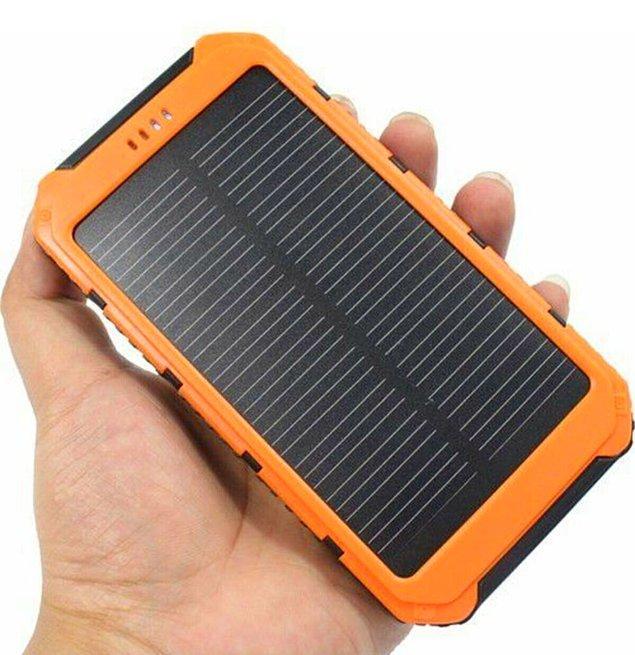 13. Elektronik cihazların için yanına power bank almayı unutma! Tabii ki güneş enerjisiyle çalışıyor olması uzun süreli kullanım rahatlığı sunacaktır.