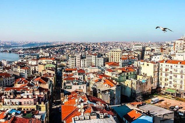 """Hadi ev almayı geçtim artık özellikle İstanbul'da emlakçılar ve kan emici ev sahipleri yüzünden kiralayamıyoruz bile. İnsanlar, """"Ev sahibi evden çıkarırsa nasıl ev buluruz, geçiniriz?"""" endişesini iliklerine kadar yaşıyor. Sanki başka hiç dertleri yokmuş gibi..."""