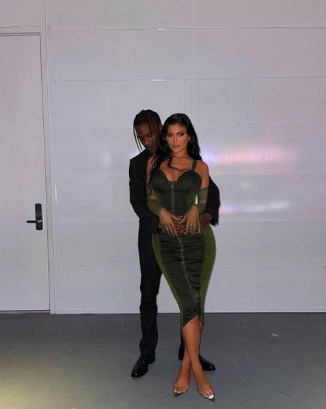 Kylie Jenner 2017 yılında Coachella Festivali'nde Rapçi Travis Scott ile tanışmıştı ve birlikte olmaya başlamışlardı.