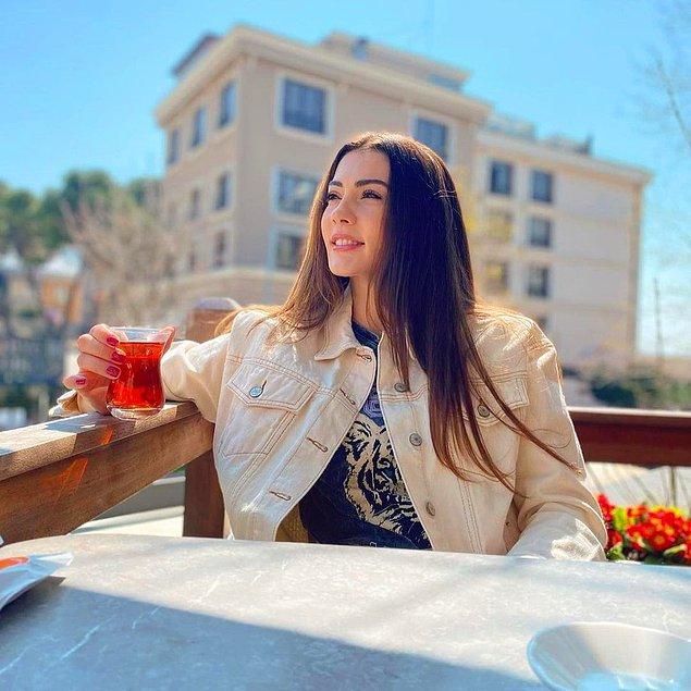 Şimdi ise çay keyfi yapan Burcu'yu görüyoruz. Bu fotoğrafa biz de bayıldık doğrusu!