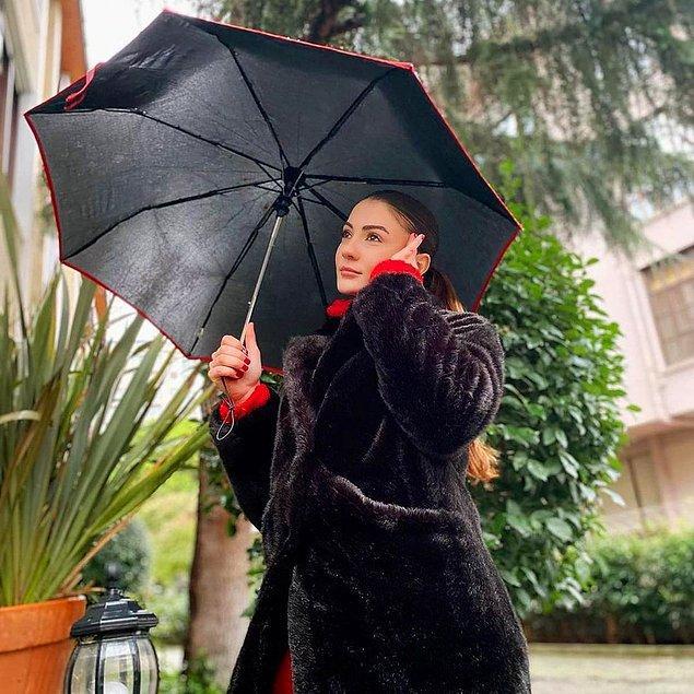 """""""Yağmurda yürümeyi sevenler."""" diyor Burcu Özberk. Belli ki kızımız yağmurlu havaları seviyor. Zira şemsiyesiyle tatlı bir yağmurlu günden paylaşım yapmış."""