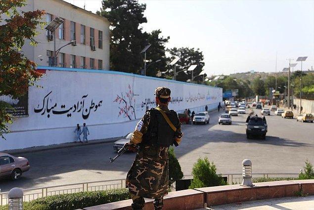 Terk edilen büyükelçiliğin ana giriş kapasının yanındaki duvara ise Taliban bayrağı resmedildi.
