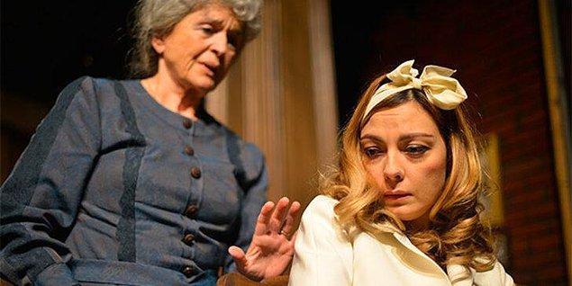 Anlayacağınız Özge Özder, 2001 yılından bu yana tiyatro sahnelerinin tozunu büyük bir zevkle yutuyor.