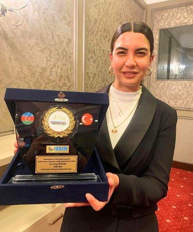 Ayrıca kendisi 'Yılın Muhabiri' ve 'En İyi Özel Haber' gibi kategorilerde de pek çok ödül almıştı.