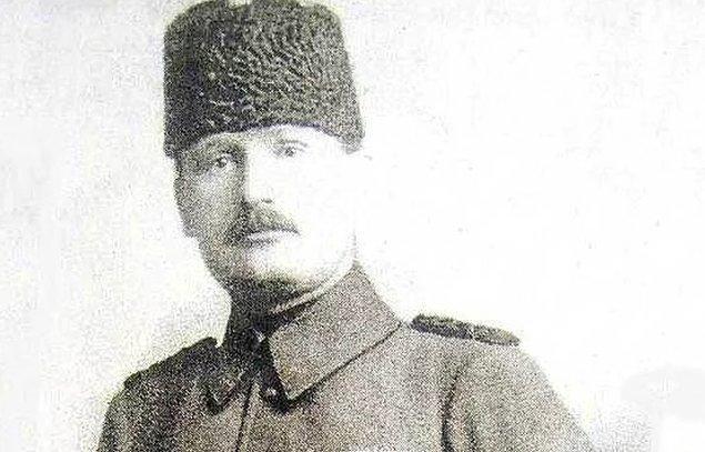 1883 yılında İstanbul'un Eyüp semtinde dünyaya gelen Halit Paşa, 1908'de Kara Harp Okulu'ndan mezun olmuş.