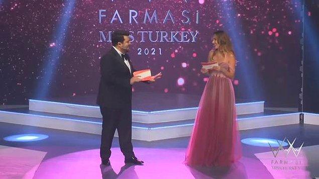 Bu 'görkemli' gecenin sunuculuğunu sosyal medyada da epey fenomen olan Berfu & Eser Yenenler çifti yaptı.