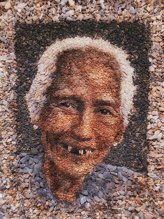 Eserlerinin mevsimler gibi gelip geçici olduğunu düşünen sanatçı, taşlarla yaptığı sanat eserlerini fotoğrafladıktan sonra tamamen bozuyor ve arkasında iz bırakmıyor.