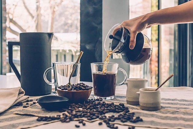 Kafein alımını da minimumda tutmak gerekir, bu yüzden günlük kahve miktarınızı azaltabilirsiniz.