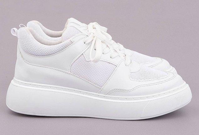 Ayakkabı koleksiyonunuzda mutlaka bir tane beyaz spor ayakkabı bulunmalı!
