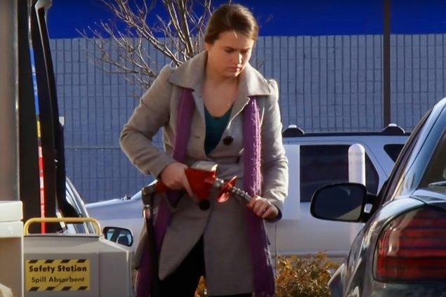 Arabasına benzin koyarken de pompada kalan benzini eline sürüp tadına bakıyormuş.