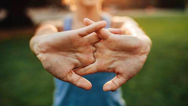 22. Parmaklarını iç içe geçirmek