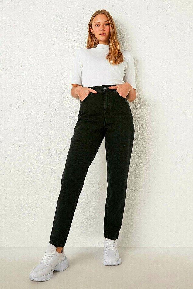 10. Siyah mom jean ile şık bir stiletto giyerek bacakları yukarı kaldırın...