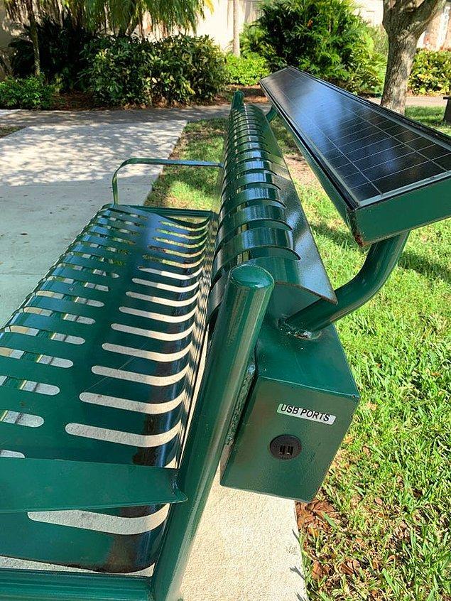 """7. """"Gittiğim parkta güneş ışığıyla elektronik aletleri şarj edebilen oturaklar buldum!"""""""