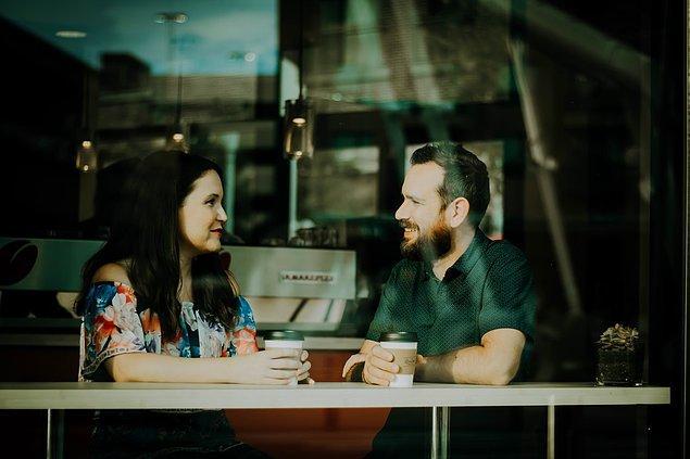 8. Yeni tanıştığınız birinin yanında öz güvenli ve arkadaş canlısı görünmek istiyorsanız onunla göz teması kurmaya çalışın.