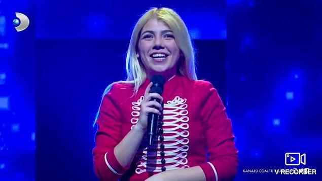 """Ayrıca Şara, Kanal D ekranlarında yayınlanan """"Benimle Söyle"""" isimli şarkı yarışmasına da katılmış."""