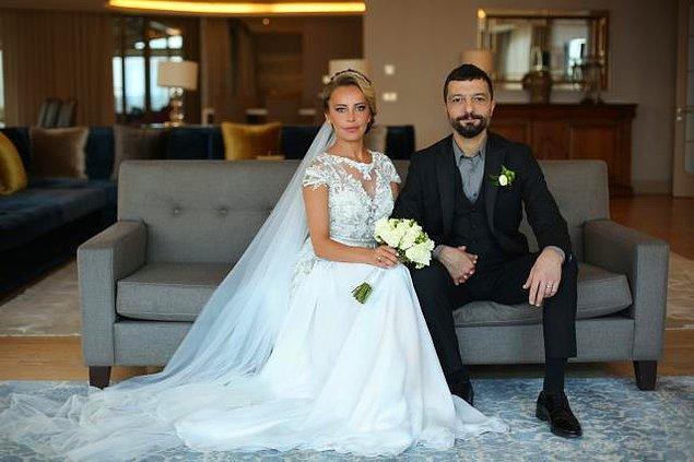 Vildan Atasever, Arzu Ayar imzalı sade bir gelinlik seçerken Mehmet Erdem de siyah takım elbise ile düğünü gerçekleştirdi.