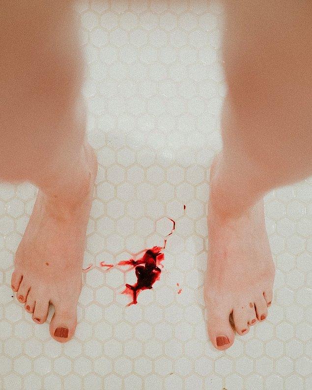 """2. """"Bir gün kız arkadaşımı regl dönemindeyken duşta gördüm. Kadınların o kadar kanamasını olduğunu hiç tahmin etmemiştim ve kan kaybından ölecek diye çok korkmuştum."""""""