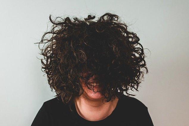 """6. """"Kıvırcık saçlı kız arkadaşım bir yıl boyunca düz saçla gezdi ve kimse saçlarının aslında kıvırcık olduğunu bilmiyordu."""""""