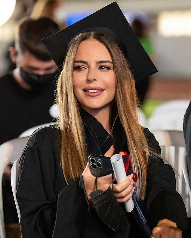 12. Başarılı şarkıcı Simge Sağın 15 İstanbul Üniversitesi Türk Musikisi Devlet Konservatuarı Ses Eğitimi Bölümü'nden mezun oldu!