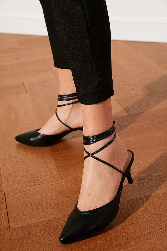 4. Bilekten bağlamalı kadın topuklu ayakkabılar, tüm zamanların en sevilen modelleri arasında yer alıyor.