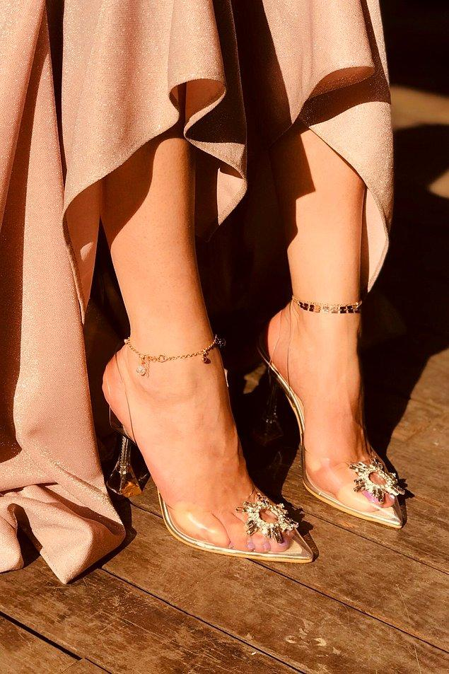 7. Özel günler için şeffaf ve taşlı topuklu ayakkabı modellerini seçenekleriniz arasına ekleyebilirsiniz.