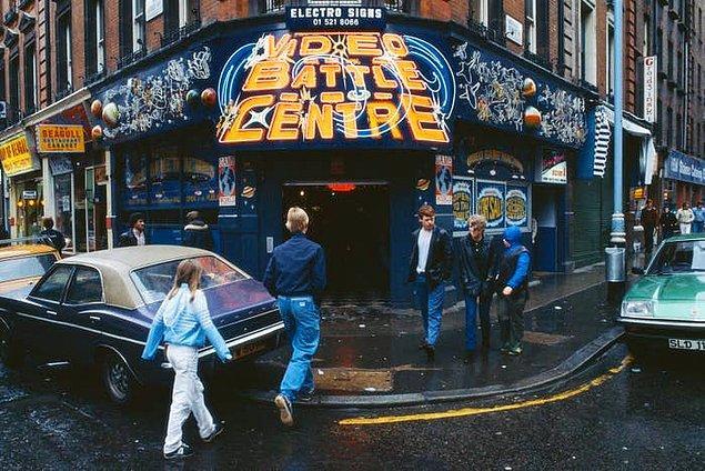 2. LondraLondra'nın ünlü Soho semtinde bir video arcade salonu. -1979