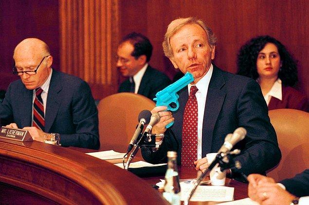 8. Amerikalı Senatör Joe Lieberman bir komite oturumu esnasında silah şeklinde bir kontrolcü tutuyor. Oturumun amacı ise video oyunlarının şiddete yöneltip yöneltmediğini tartışmak. -1993