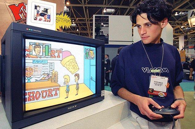 11. Viacom New Media'nın ürün geliştirme Koordinatörü Peter Parles Beavis ve Butt-Head video oyununu oynuyor. -1994
