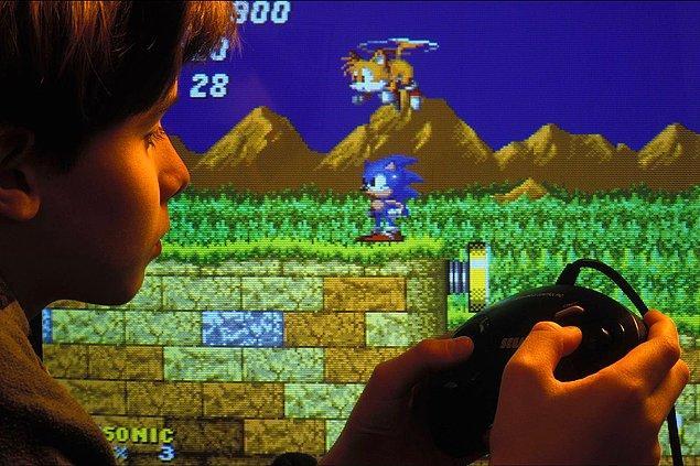 10. Sonic the Hedgehog oynayan bir çocuk, hayran kaldığı ise her halinden belli. -1993