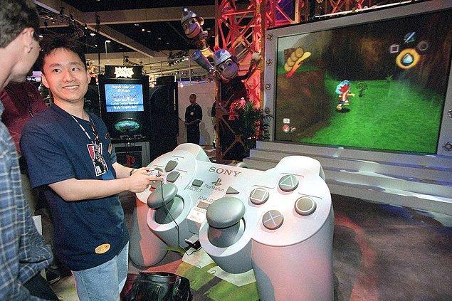 14. Electronic Entertainment Expo esnasında Sony standında APE Escape'i deneyen bir oyuncu. -1999