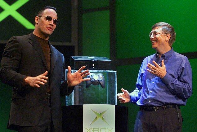15. Dwayne Johnson Bill Gates'in yeni Xbox konsolunu tanıtmasının ardından sahnede onunla konuşuyor. -2001