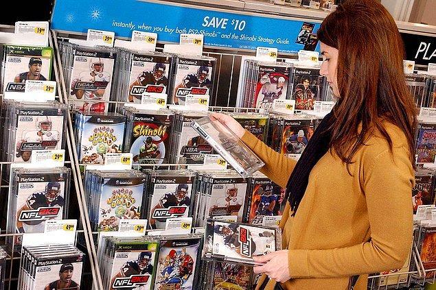 16. Kaliforniya'daki bir mağazadan video oyunu alışverişi yapan bir kadın. -2002