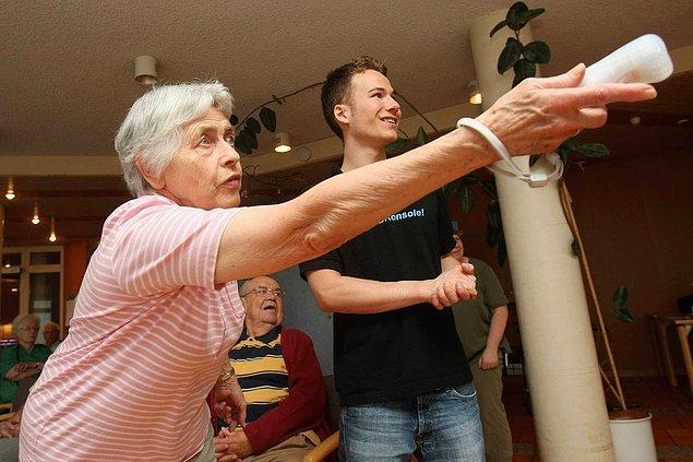 19. Yaşlılar evi sakinlerinden Margarete Roeder, toplum gönüllüsü Markus Deindl tarafından Nintendo Wii cihazında bowling oyunu ile tanıştırılıyor. -2008