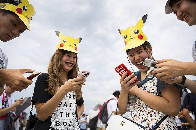 22. Bir dönem tüm dünyada çılgınlık boyutuna erişmiş Pokémon Go'yu oynayan Japon oyuncular. -2017