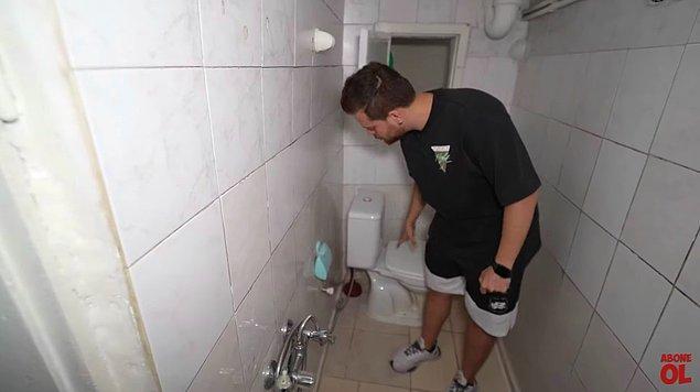 Duş ve tuvaletin yan yana olduğu,