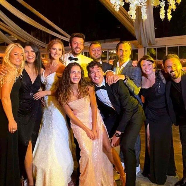 3. Geçtiğimiz aylarda final yapan 'Hercai' dizisinin sevilen oyuncularından Oya Unustası ile Ahmet Tansu Taşanlar, nikah masasına oturdu. Çiftin düğününe ünlü isimler katıldı.