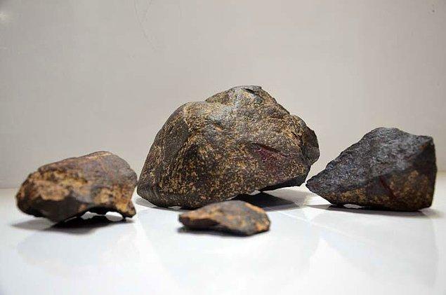 Yolda gördükleri ilginç renkteki taşı inceleyen ikili, meteor olabileceğini düşünerek analize gönderme kararı aldı.